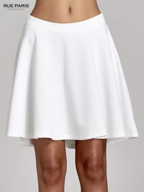Fakturowana spódnica ecru z plisami i lekko wydłużonym tyłem                                  zdj.                                  5