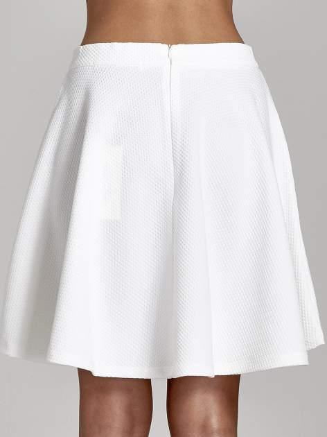 Fakturowana spódnica ecru z plisami i lekko wydłużonym tyłem                                  zdj.                                  7