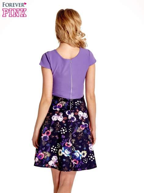 Fioletowa sukienka z motywem floral print na dole                                  zdj.                                  4