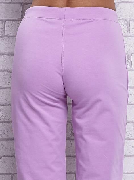 Fioletowe spodnie capri z wszytymi kieszonkami                                  zdj.                                  6