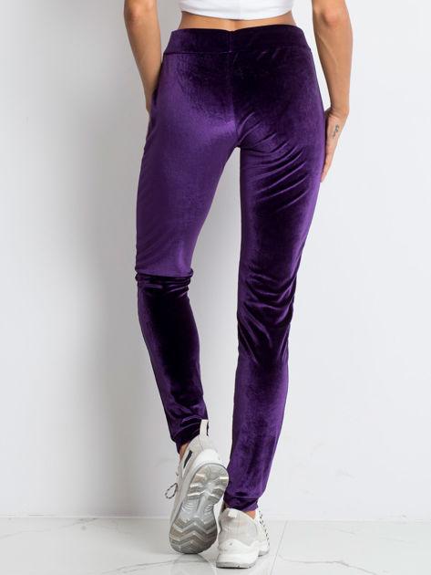 Fioletowe welurowe spodnie dresowe z aplikacją z dżetów                              zdj.                              2