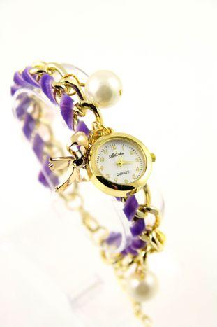Fioletowo- złoty zegarek damski na złotej bransolecie.