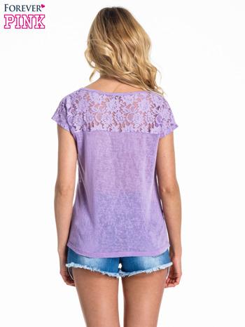 Fioletowy t-shirt z koronkowymi rękawami i gwiazdkami                                  zdj.                                  4