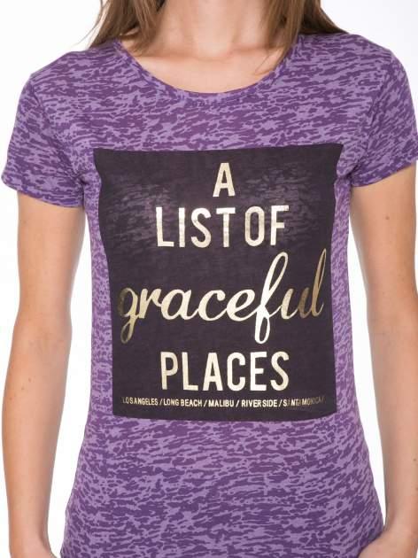 Fioletowy t-shirt ze złotym napisem A LIST OF GRACEFUL PLACES                                  zdj.                                  6