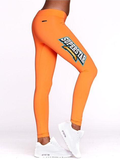 Fluo pomarańczowe legginsy sportowe z nadrukiem SUPERSTAR                                  zdj.                                  1