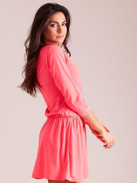 Fluo różowa sukienka z koronką przy dekolcie                              zdj.                              2