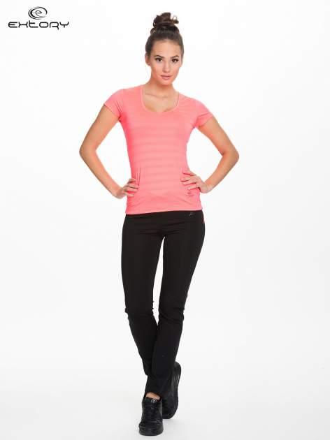Fluoróżowy damski t-shirt sportowy w paski                                  zdj.                                  2