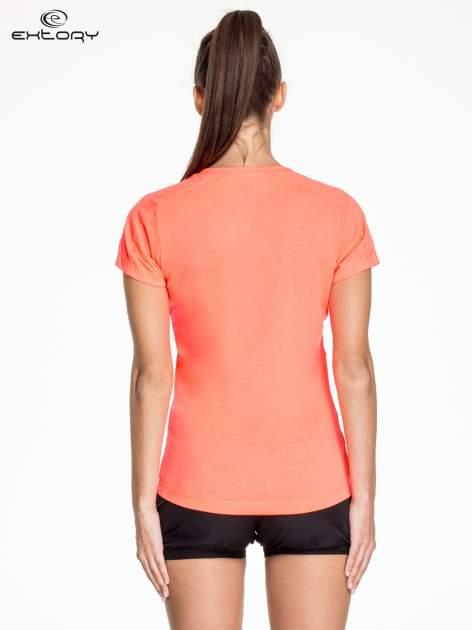 Fluoróżowy t-shirt sportowy z kieszonką i metalicznym nadrukiem                                  zdj.                                  3