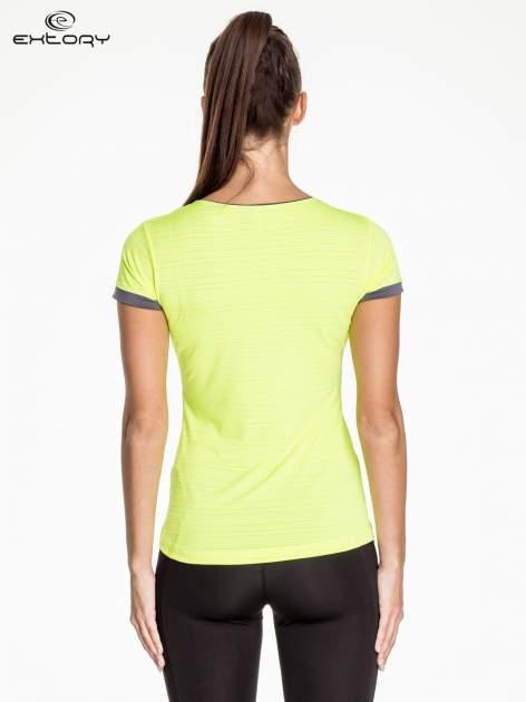 Fluożółty damski t-shirt sportowy w paski z lamówką                                  zdj.                                  3