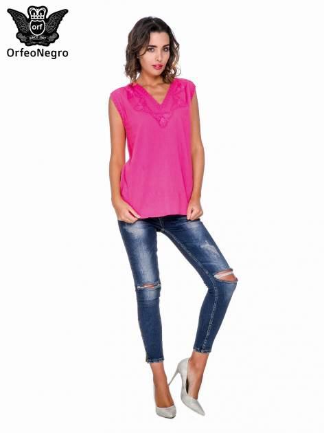 Fuksjowa bluzka koszulowa z haftowanym dekoltem V-neck                                  zdj.                                  2