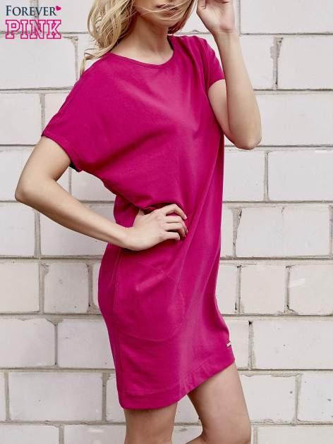Fuksjowa sukienka dresowa z kieszeniami po bokach                                  zdj.                                  3