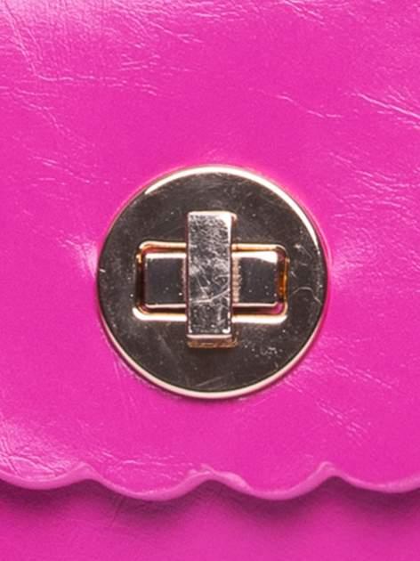 Fuksjowa torebka listonoszka z falowanym wykończeniem                                  zdj.                                  7