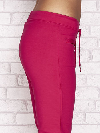 Fuksjowe spodnie dresowe capri z wszytymi kieszonkami                                  zdj.                                  5