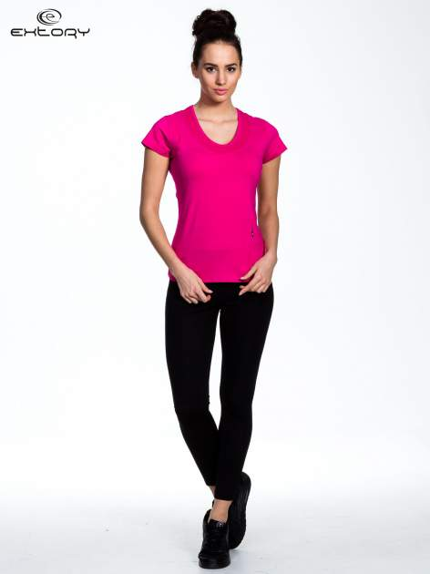 Fuksjowy Różowy t-shirt sportowy z przeszyciem przy dekolcie i kieszonką                                  zdj.                                  2