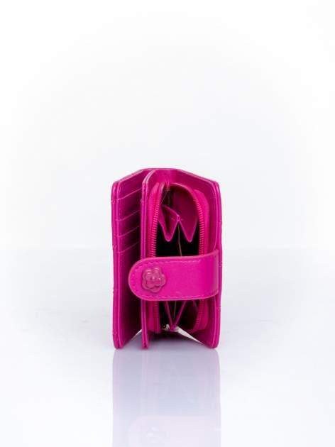 Fuksjowy pikowany portfel z ozdobnym zapięciem                                  zdj.                                  4