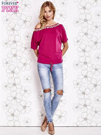 Fuksjowy t-shirt z limonkowymi pomponikami przy dekolcie                                  zdj.                                  2