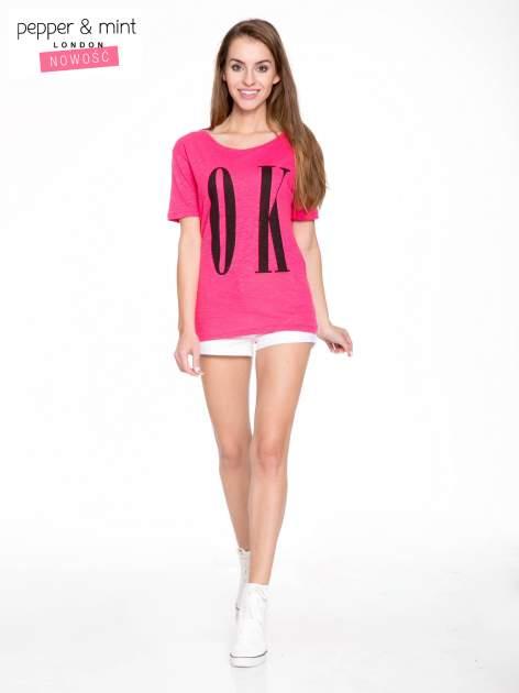 Fuksjowy t-shirt z napisem OK                                  zdj.                                  4