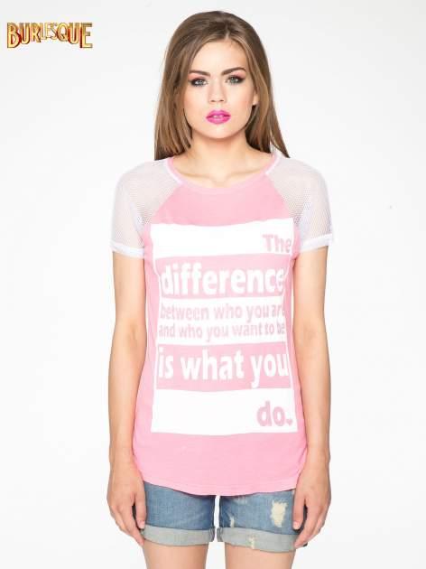 Fuksjowy t-shirt z napisem i siateczkowymi rękawami                                  zdj.                                  12