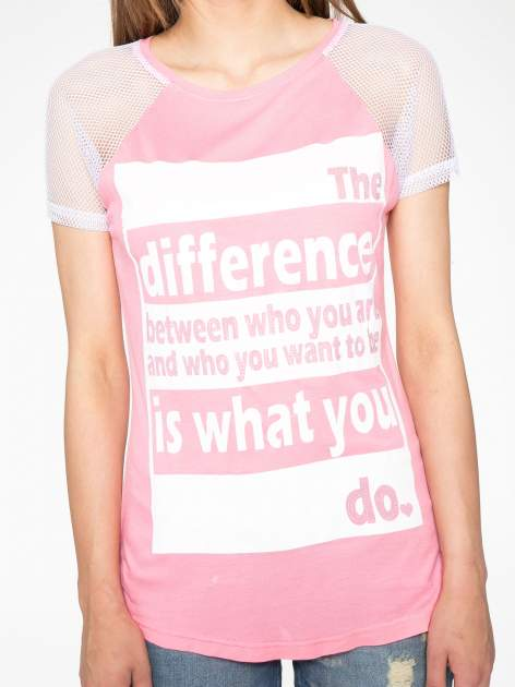 Fuksjowy t-shirt z napisem i siateczkowymi rękawami                                  zdj.                                  7