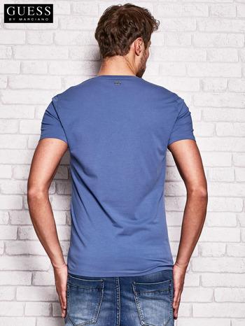 GUESS Ciemnoniebieski t-shirt męski z abstrakcyjnym nadrukiem                              zdj.                              2