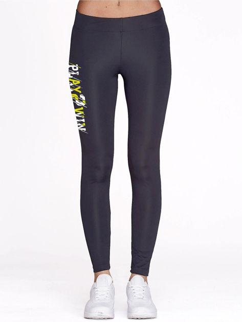 Grafitowe legginsy fitness z nadrukiem z boku                                  zdj.                                  2
