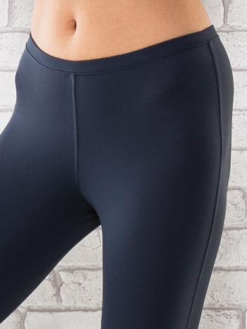 Grafitowe legginsy sportowe termalne z patką z dżetów                                  zdj.                                  4