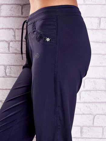 Grafitowe spodnie capri z dżetami i lampasami PLUS SIZE                                  zdj.                                  5