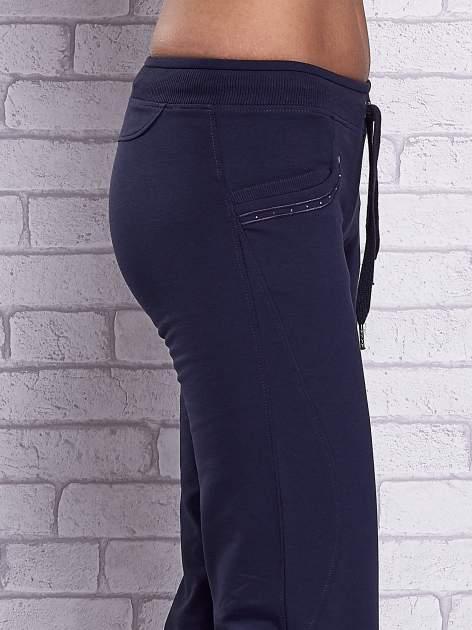 Grafitowe spodnie capri z dżetami przy kieszeniach                                  zdj.                                  5