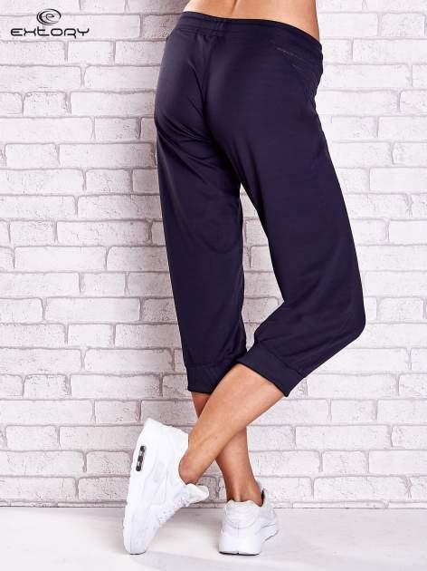 Grafitowe spodnie capri z haftowanymi wstawkami PLUS SIZE