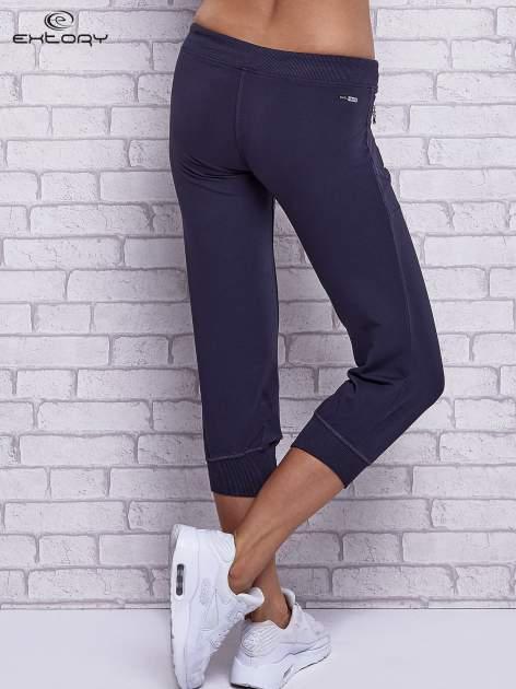 Grafitowe spodnie capri z kieszeniami po bokach                                  zdj.                                  2