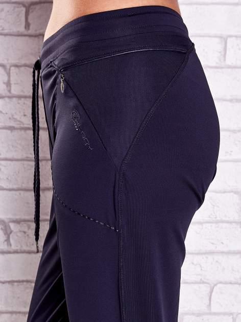 Grafitowe spodnie capri z kieszonką i haftem PLUS SIZE                                  zdj.                                  5