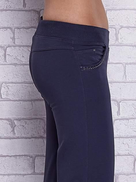 Grafitowe spodnie capri z ozdobnymi dżetami                                  zdj.                                  5