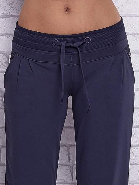 Grafitowe spodnie capri z tylną kieszenią                                  zdj.                                  4