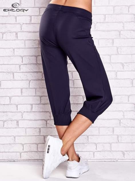 Grafitowe spodnie damskie capri z kieszonką i haftem                              zdj.                              2