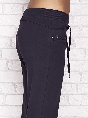 Grafitowe spodnie dresowe capri z aplikacją na kieszeniach                                  zdj.                                  5