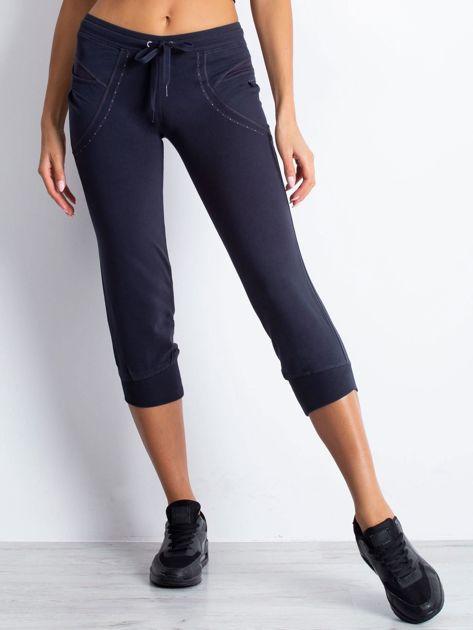 Grafitowe spodnie dresowe capri z aplikacją przy kieszeniach                                  zdj.                                  4