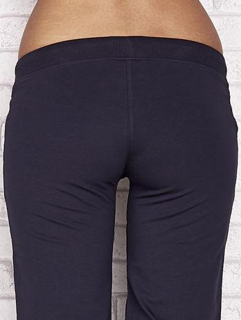 Grafitowe spodnie dresowe capri z dziewczęcymi nadrukami                                  zdj.                                  6