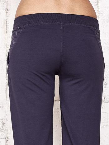 Grafitowe spodnie dresowe capri z kwiatowymi kieszeniami                                  zdj.                                  6