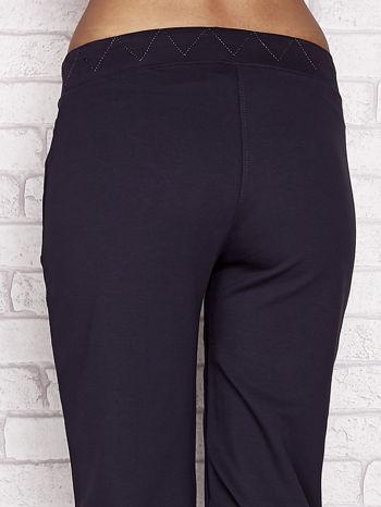 Grafitowe spodnie dresowe capri z ozdobnym przeszyciem w pasie                                  zdj.                                  6
