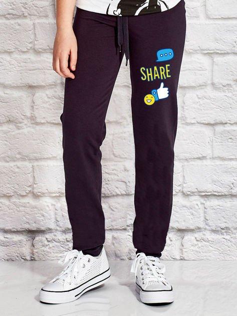 Grafitowe spodnie dresowe dla dziewczynki z emotikonami                              zdj.                              1
