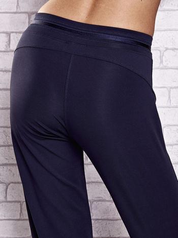 Grafitowe spodnie dresowe z guziczkami PLUS SIZE                                  zdj.                                  6