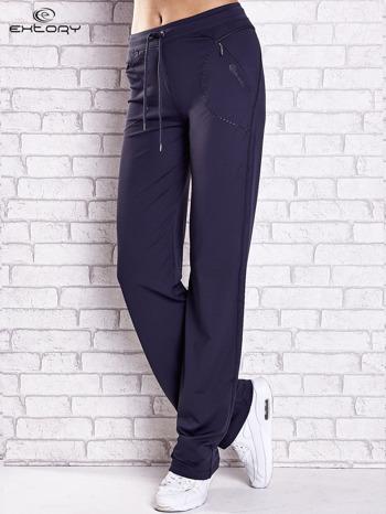 Grafitowe spodnie dresowe z kieszonką i haftem PLUS SIZE                                  zdj.                                  1