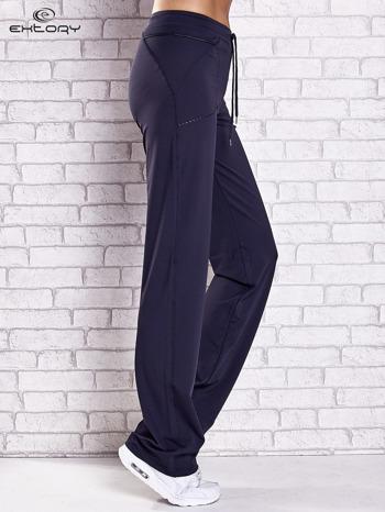 Grafitowe spodnie dresowe z kieszonką i haftem PLUS SIZE                                  zdj.                                  3