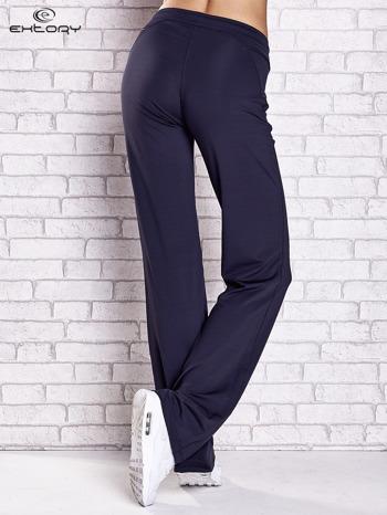 Grafitowe spodnie dresowe z kieszonką i haftem PLUS SIZE                                  zdj.                                  2