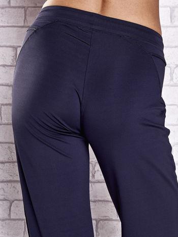 Grafitowe spodnie dresowe z kieszonką i haftem PLUS SIZE                                  zdj.                                  6