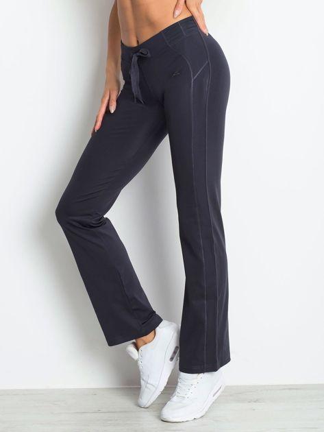 Grafitowe spodnie dresowe z naszywką                              zdj.                              3