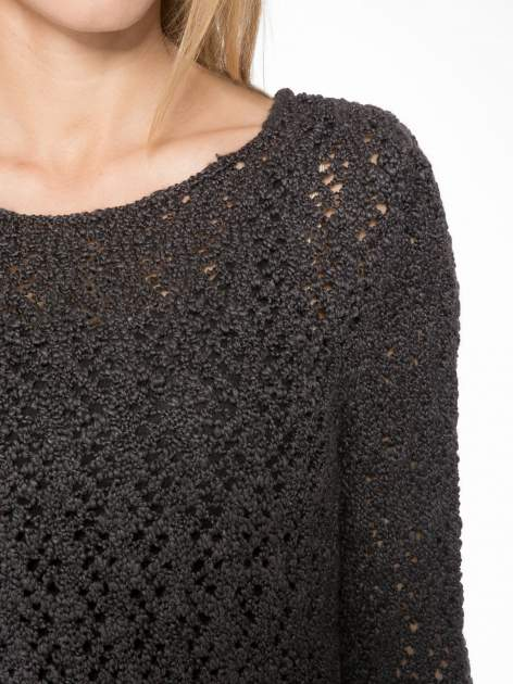 Grafitowy sweter o ażurowym splocie                                  zdj.                                  5