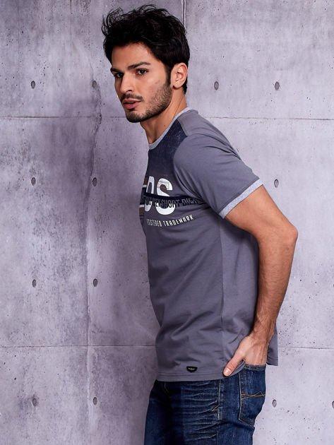 Grafitowy t-shirt męski z napisami                              zdj.                              3