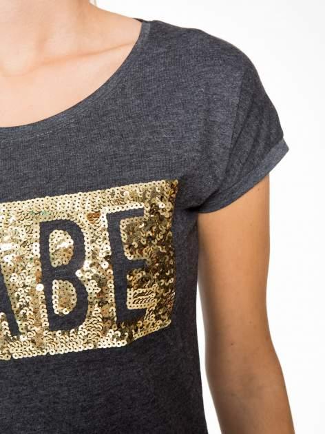 Grafitowy t-shirt z napisem BABE z cekinów                                  zdj.                                  7
