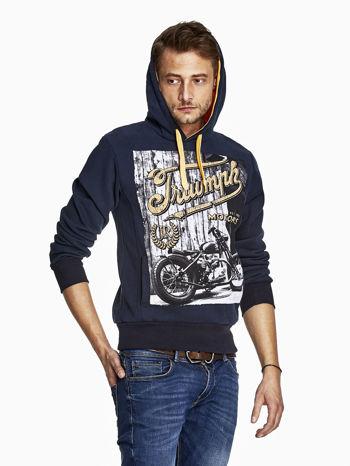 Granatowa bluza męska z motocyklowym nadrukiem                                  zdj.                                  5